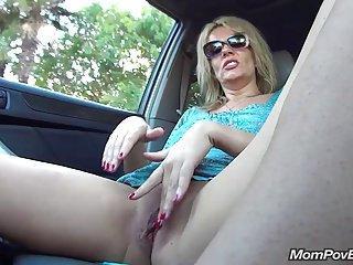 Sexy mamuśka z Polski zabawia się w samochodzie i nie tylko