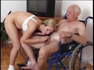 Dziadek też lubi czasem pochędożyć